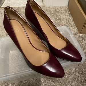 Ann Taylor 7.5M maroon wedge heels with detail